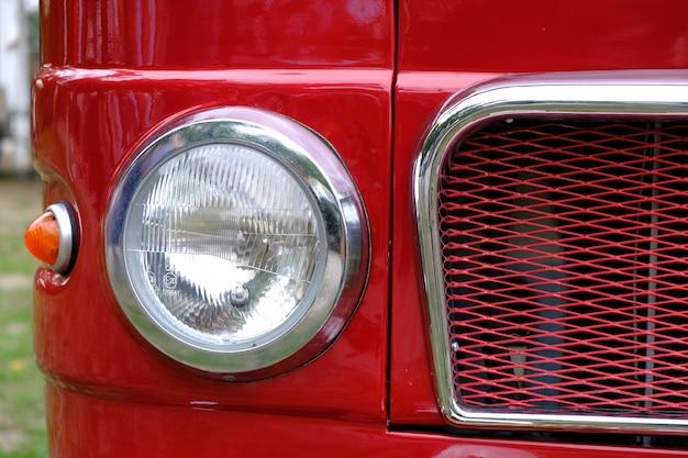 Передние фонари и радиатор макро старинных автомобилей.