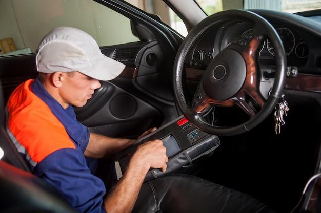 自動車整備士診断ステアリング