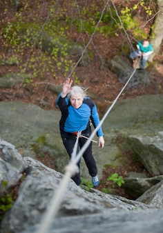 登山用具を持つ女性