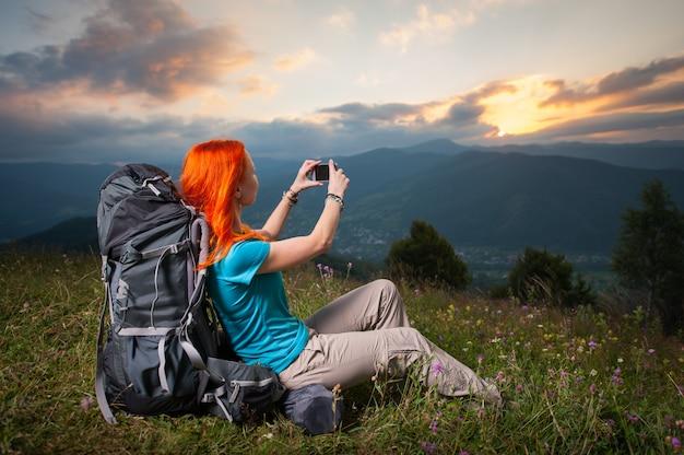 バックパックを持つ観光客女性