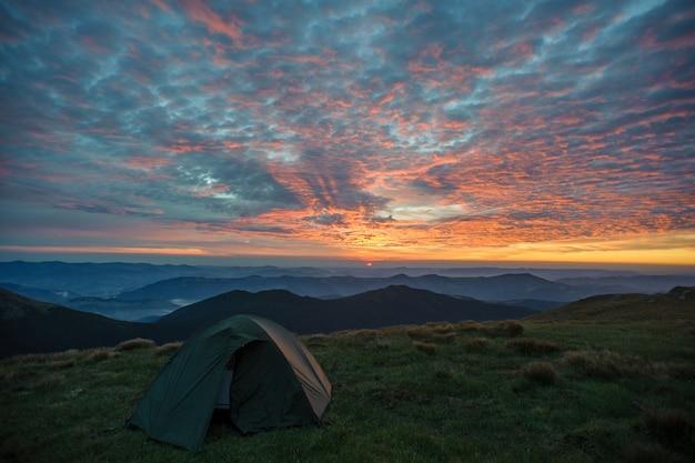 テントと山の朝の風景