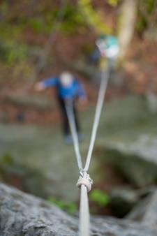 登山者カラビナとロープをロープにぶら下がっています。