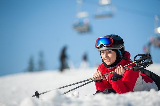 晴れた日にワイナーリゾートでスキーを持つ女性スキーヤー