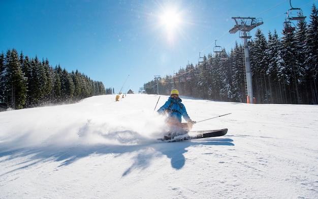 山の冬のリゾートに乗ってスキーヤー
