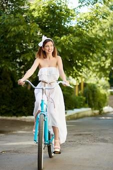 青いレトロな自転車に乗る少女