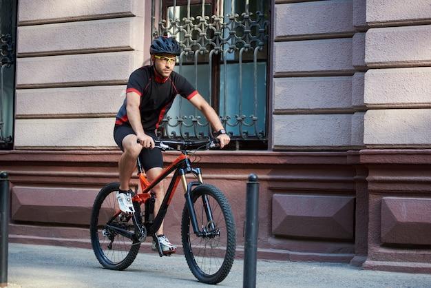 古い歴史的な通りに沿って自転車に乗る自転車