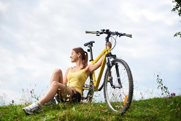 Велосипедист с горным велосипедом