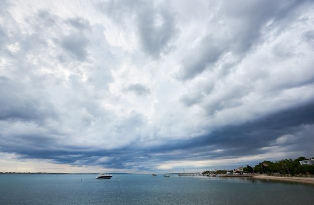 明るい夏の日に美しい穏やかな海の風景