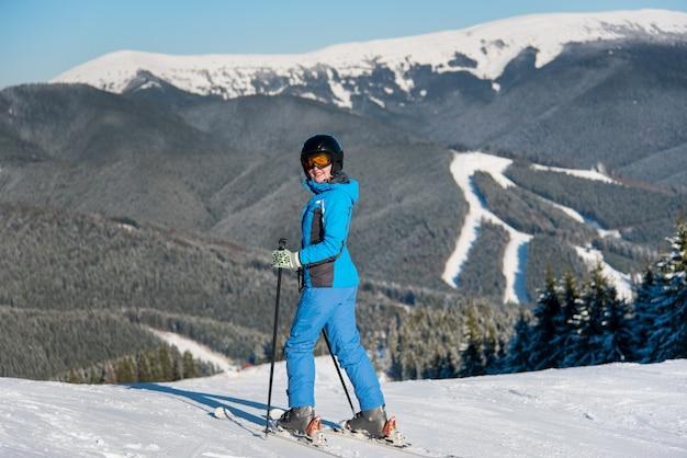 Лыжник на лыжах в горах