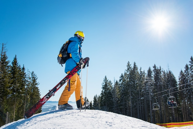 Лыжник в горах