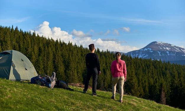 山で一緒にハイキングの女性の友人