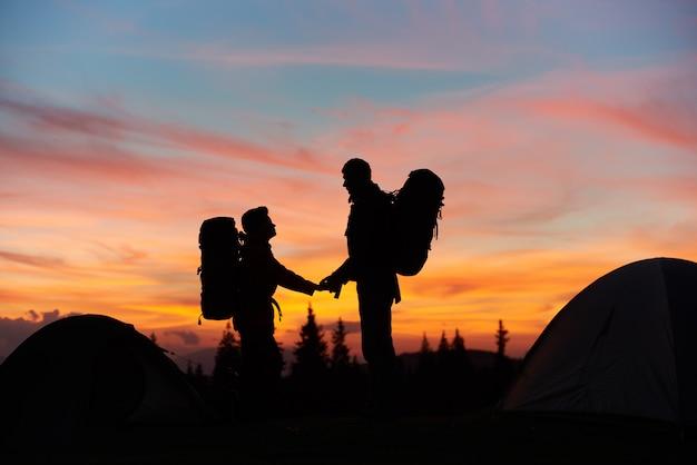 一緒に山でのハイキングのカップル