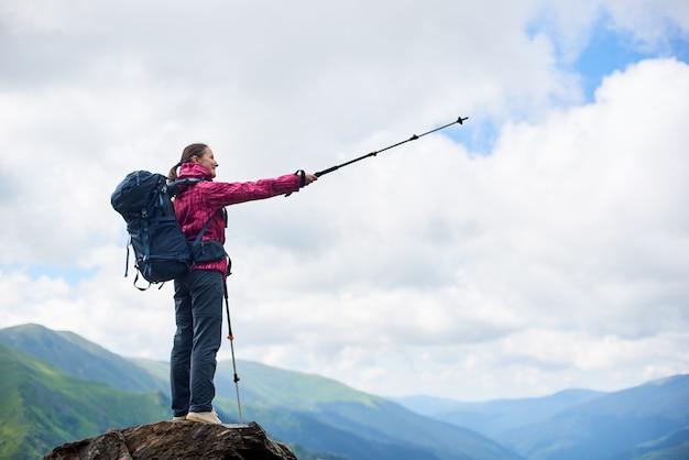 ルーマニアの山の女性ハイカー