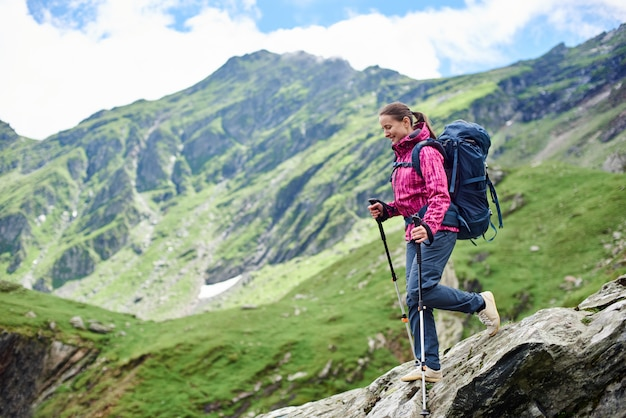 Женщина спускается по каменистой местности