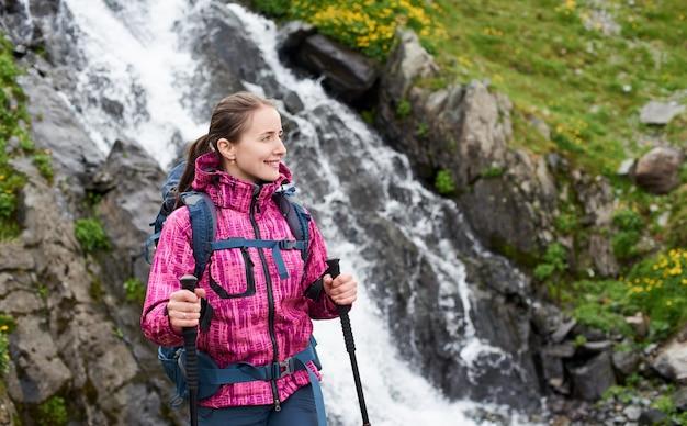 Женский турист в горах румынии