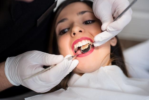 歯科医院で歯科検診を持つ少女
