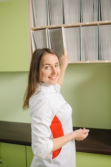 白い制服を着た若い美しい女性医師
