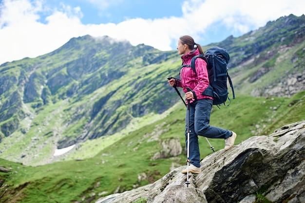 女性は岩場を下ります。ルーマニアのフグラシ山