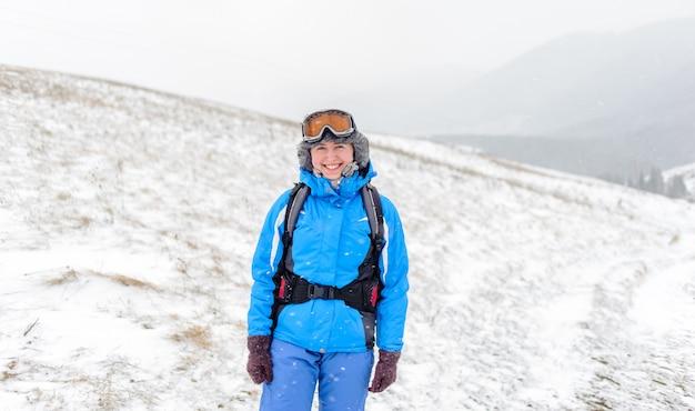 雪に覆われた山々の上に笑っている女の子の肖像画