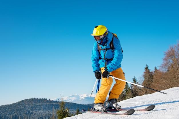 山でスキーをするスキーヤー