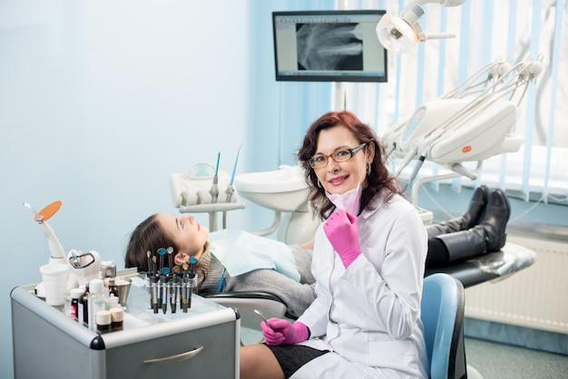 歯科医院で患者と女性歯科医