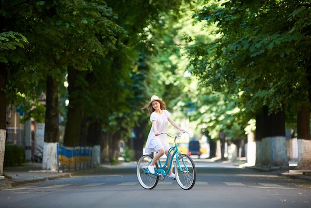 道路上の一人で自転車の女性