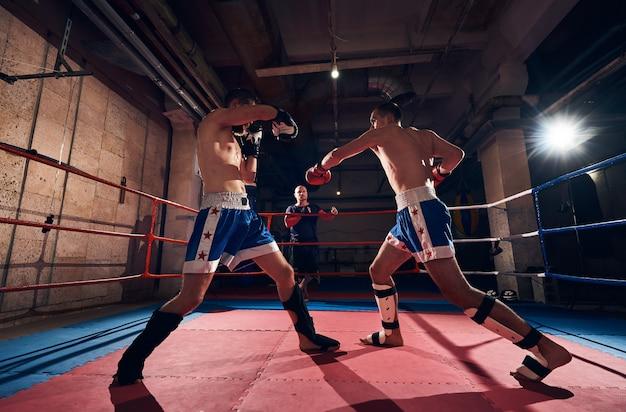 ボクサーがリングでキックボクシングをトレーニング