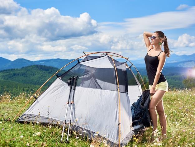 若い女性バックパッカーハイキング山道