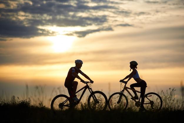 Женский и мужской велосипедист, езда на велосипеде в горы