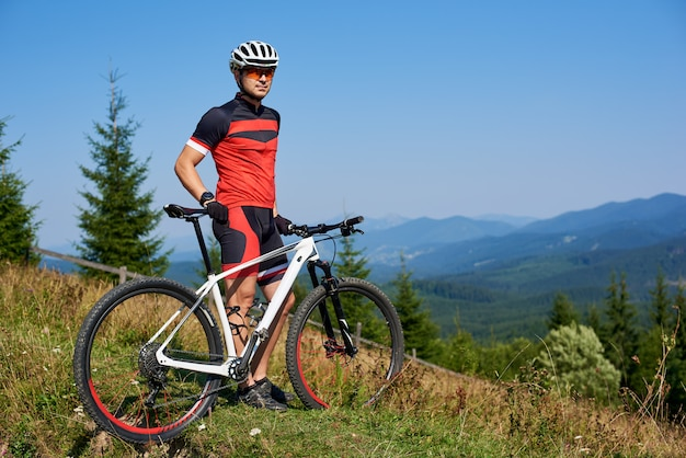Велосипедист едет на велосипеде в горы