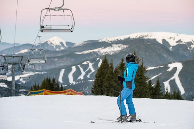 山の斜面に女性スキーヤー