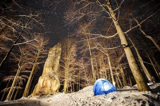 冬は山でのキャンプ。夜の写真