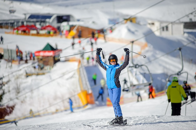 晴れた日にスキー場の女性スキーヤー