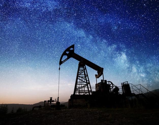 夜の油田に油ポンプ