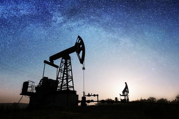 Масляный насос на нефтяном месторождении ночью