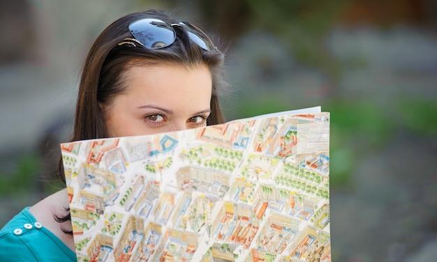 地図とメガネの少女の肖像画