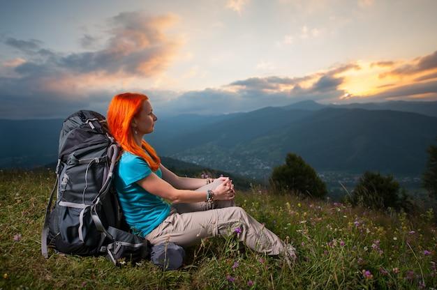 Женский турист с рюкзаком