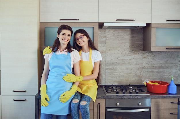 母と娘が家を掃除します。家族。