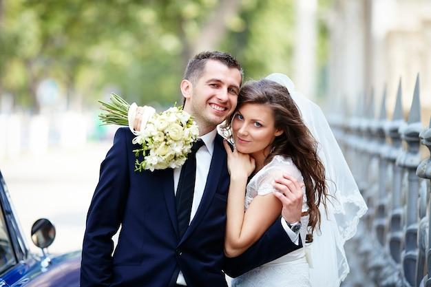 幸せな新郎新婦。結婚式のカップル