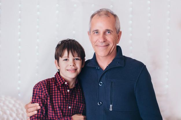 お父さんは赤ちゃんを腕に抱えています。幼い子供の父親、幸せな子供時代、友好的な家族を教育する。