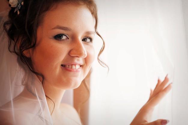 ベールの花嫁の肖像画。女の子は結婚式の準備をしています