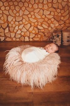 バスケットで寝ている毛布に包まれた生まれたばかりの赤ちゃん。小児期、医療、体外受精の概念