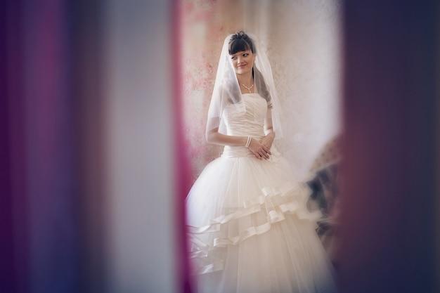 花嫁はウェディングドレスを試着しています。結婚式のファッション