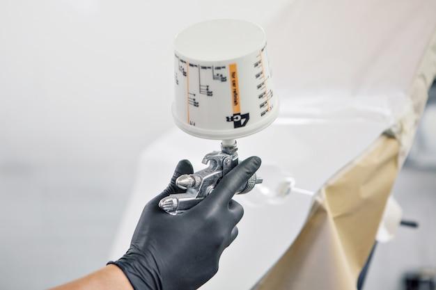 マシンのクローズアップの詳細。塗料は機械の表面に塗布されます