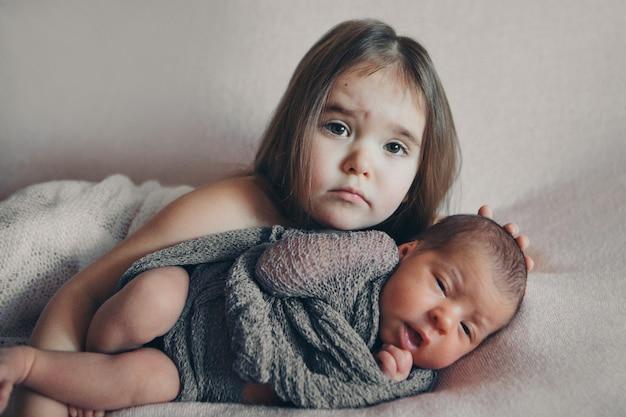Здоровый образ жизни, защита детей, покупки ребенка с новорожденным ребенком, играющим вместе.