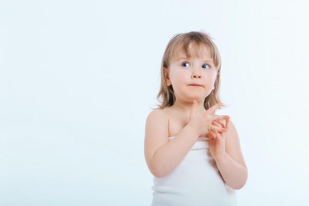 しかめっ面の少女。子供は何かをしている。感情、表情、子供時代、誠実さの概念