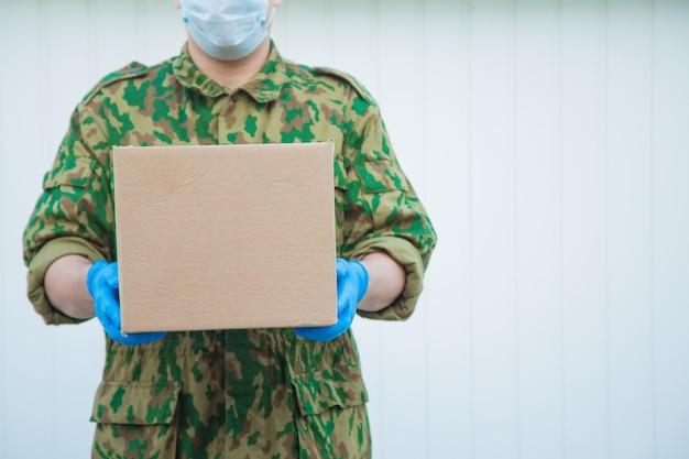 軍はあなたの家に食べ物を届けます。年金受給者への援助、