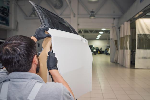 機械のクローズアップの詳細。塗料が機械の表面に塗布されている