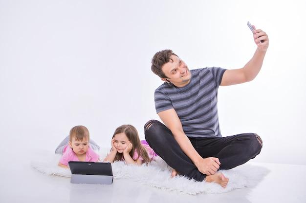 日常生活の中で現代の技術:ヘッドセットを介して電話で話している男性