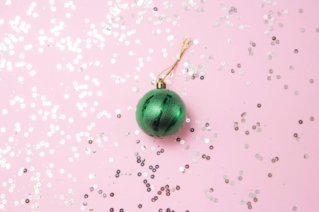 輝くピンクとピンクの緑のクリスマスツリーグッズレイアウト